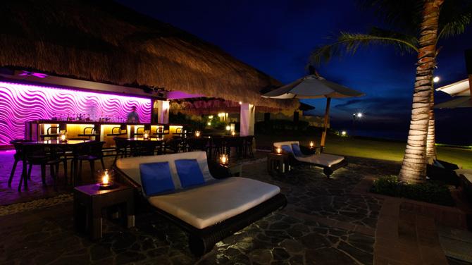 セブ島 クリムゾンリゾートマクタン プール併設バー「Azure Beach Club」 夜はムーディー