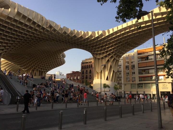スペイン観光:セビリア市内の巨大建造物メトロポールパラソル