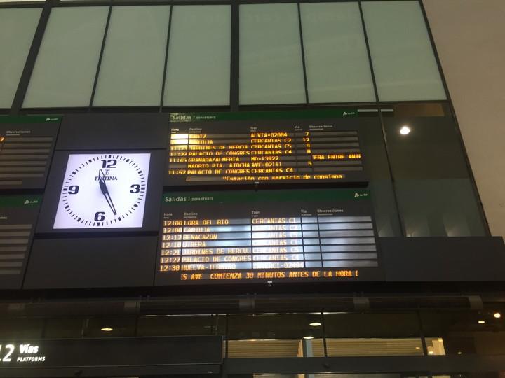 セビリア サンタフスカ駅 列車案内ボード、何書いてあるかわからない…