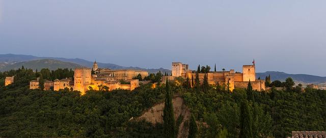 アルバイシンの丘からみる夕暮れのアルハンブラ宮殿