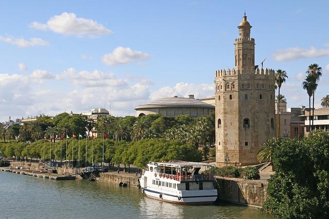 スペイン観光:セビリアの川沿いに立つ 黄金の塔