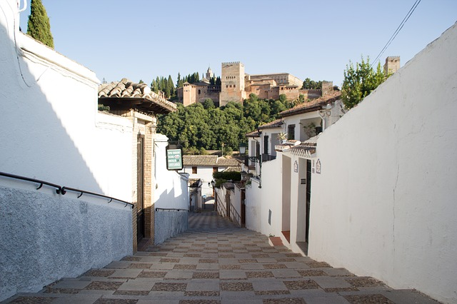 アルバイシンの丘への道中。白い壁とアルハンブラ宮殿が美しい