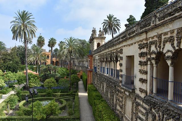 幾何学的に整備されたお庭が美しいアルカサル デ セビリア
