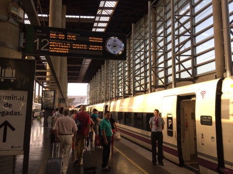 スペイン国鉄Renfeが止まるアトーチャ駅プラットフォーム
