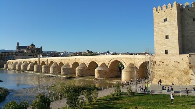 スペインコルドバ ローマ橋。歩いて渡ることができる