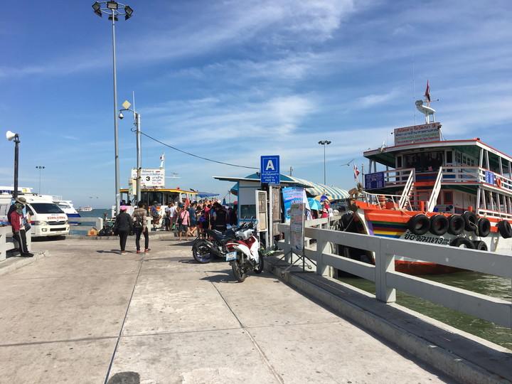 パタヤ バリハイ桟橋でフェリーに乗る