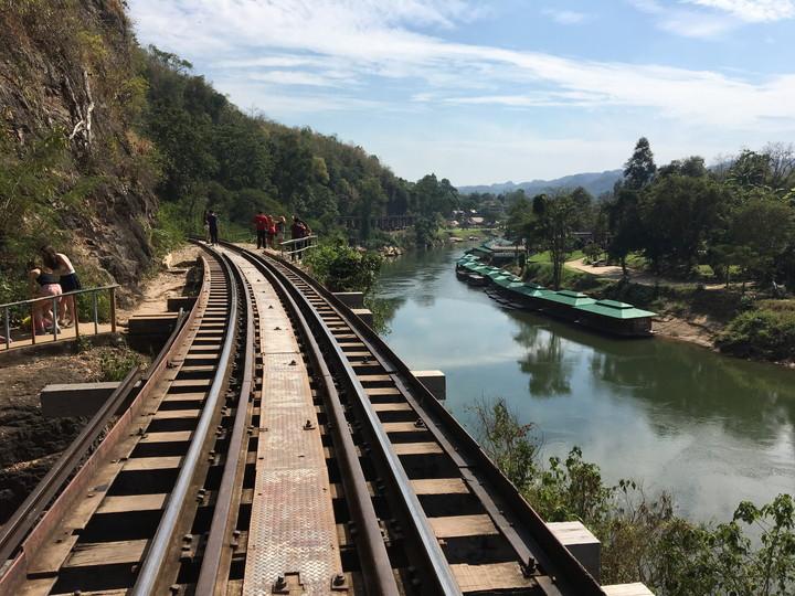 カンチャナブリ 泰麺鉄道 アルヒル桟道橋を歩いて渡る