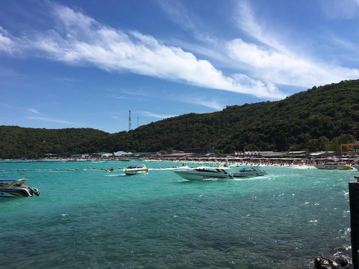 パタヤ ラン島、賑やかなタウエンビーチ